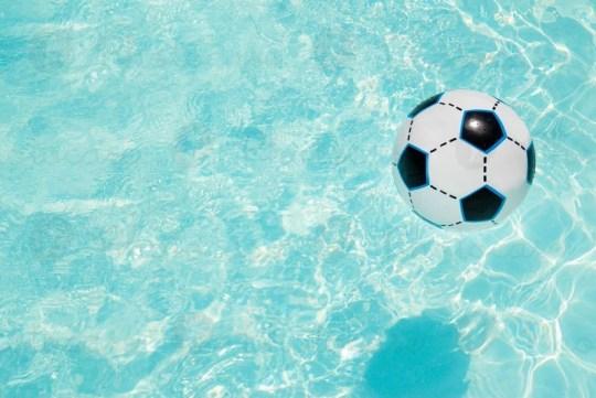 Παίζουν σαν μικρά παιδιά, FOOTBALL PLAYERS, SWIMMING POOLS, DIAKOPES, Ποδοσφαιριστές, Άντρες, Πισίνες, θάλασσα, nikosonline.gr