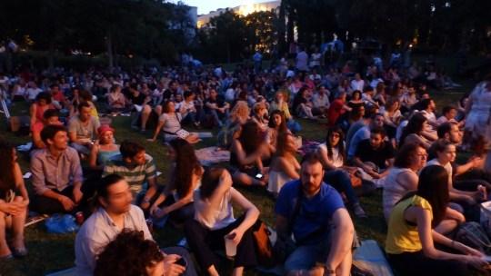 Εκατοντάδες κόσμου στον κήπο του Μεγάρου Μουσικής για την συναυλία του THEODORE