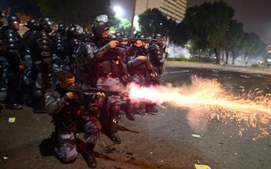 Η αστυνομία δεν διστάζει να πυροβολεί τους διαδηλωτές εν ψυχρώ!