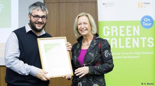 Γιατί απλά, ο 30χρονος ερευνητής του Δημόκριτου συμπεριλαμβάνεται στους 25 νέους επιστήμονες από όλο τον κόσμο που ξεχώρισαν ως «πράσινα ταλέντα». Ο Έλληνας που βραβεύτηκε από το γερμανικό υπουργείο Παιδείας και Έρευνας, στο πλαίσιο του διαγωνισμού «Green Talents», έχει ένα καθαρό πρόσωπο, ένα καθαρό βλέμμα και ακτινοβολεί αισιοδοξία για το μέλλον.
