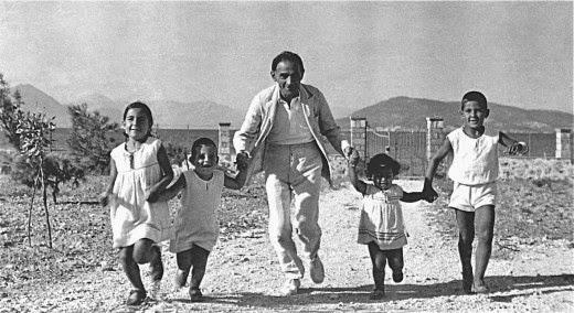 Ο Δημήτρης Πικιώνης με τα παιδιά του Ινώ, Ίωνα, Τάσο και Πέτρο στην Αίγινα, περ. 1937.
