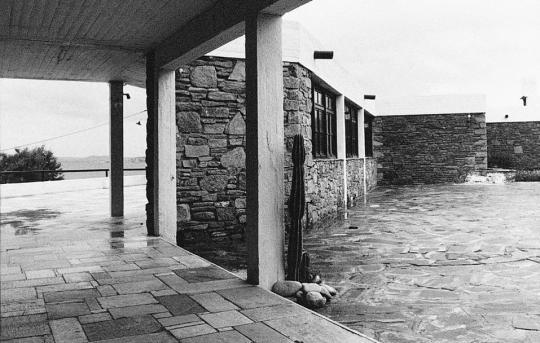 Φωτογραφία από το Ξενία στη Μύκονο. Σχεδιάστηκε από τον Αρη Κωνσταντινίδη (1960).