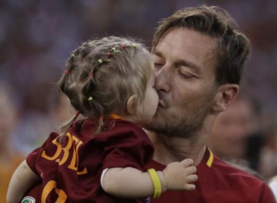Francesco Totti συν γυναιξί & τέκνοις, Φραντζεσκο Τότι, ποδόσφαιρο, Ιταλία, Roma, soccer, nikosonline.gr, Francesco-and-his-family-francesco-totti