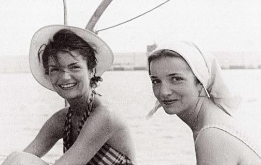 Jackie Kennedy, Lee Radziwill, adelfes, The Fabulous Bouvier Sisters, nikosonline.gr