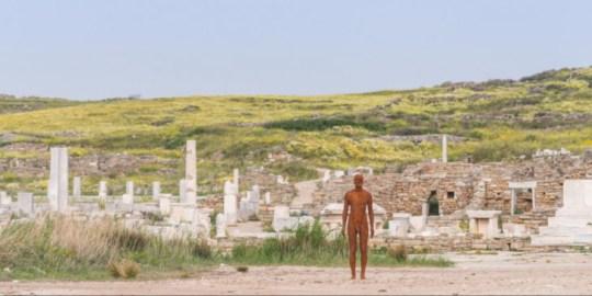 έκθεση γλυπτών στην Δήλο, Antony Gormley, Άντονι Γκρόμλεϊ, Βρετανός, γλυπτά, Delos Island, nikosonline.gr