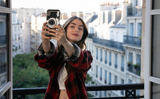Είδατε την Emily in Paris, Netflix, Daren Star, Sex and the city, Patricia Field, marketing, social media, Lily Collins, Paris, France, Τηλεοπτική σειρά, nikosonline.gr