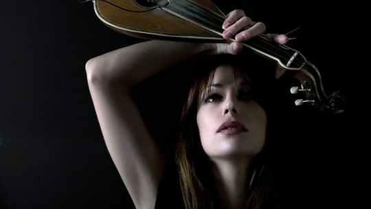 Η Γεωργία Νταγάκη διασκευάζει Anne Clark, Our darkness, music, '80's, Αν Κλαρκ, Georgia Ntagaki, Κρητική λύρα, nikosonline.gr