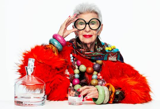 Η Iris Apfel έγινε 100 ετών, Άϊρις Άπφελ, διακόσμηση εσωτερικών χώρων, Fashion Icon, New York, υφάσματα, ρούχα, κοσμήματα, nikosonline.gr