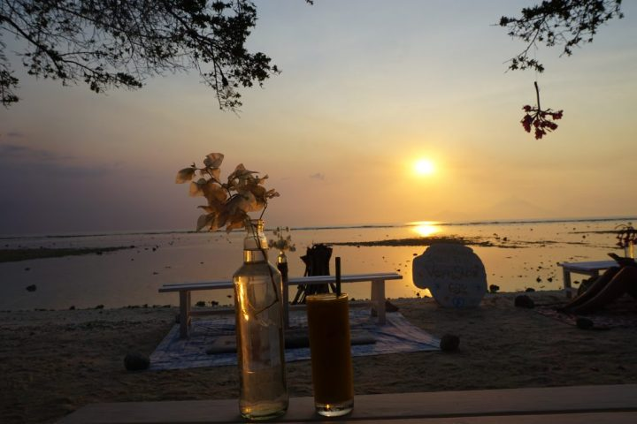 menikmati sunset di gili trawangan bersama sahabat