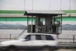 Stacheldraht und Wachhäuschen schon auf dem Weg zur DMZ