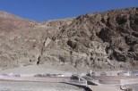 In der Felswand ist das Schild, dass die Meereshöhe anzeigt, 85,5m über dem Parkplatz