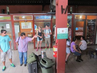 Am Busbahnhof von Puerto Iguazú