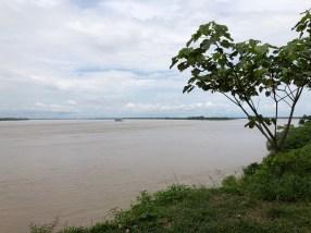 Der Amazonas - links Peru, vorn Brasilien, hinten rechts Kolumbien