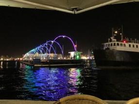 Die Queen Emma Bridge wird für ein Schiff zur Seite gefahren.