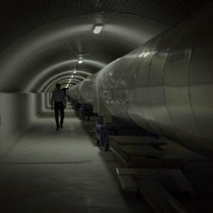 Conversazioni Atomiche screenshot del film documentario nel tunnel del progetto Virgo
