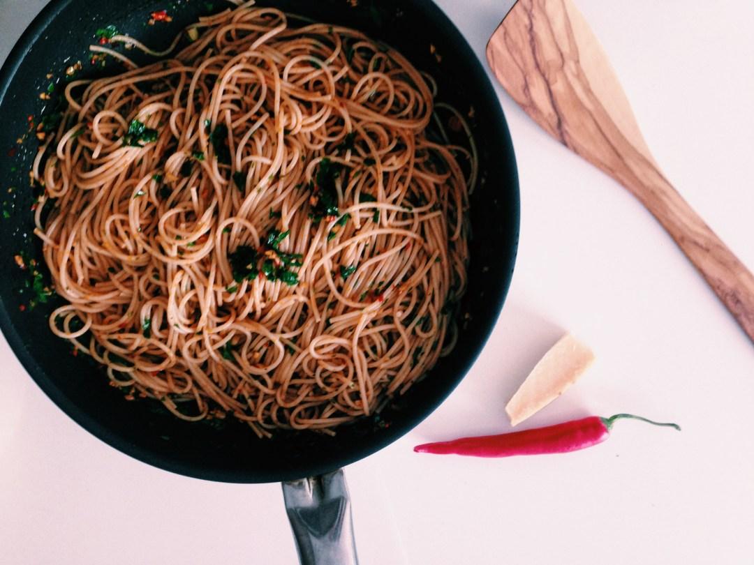 Pasta all'aglio e olio met uitgebakken chorizo