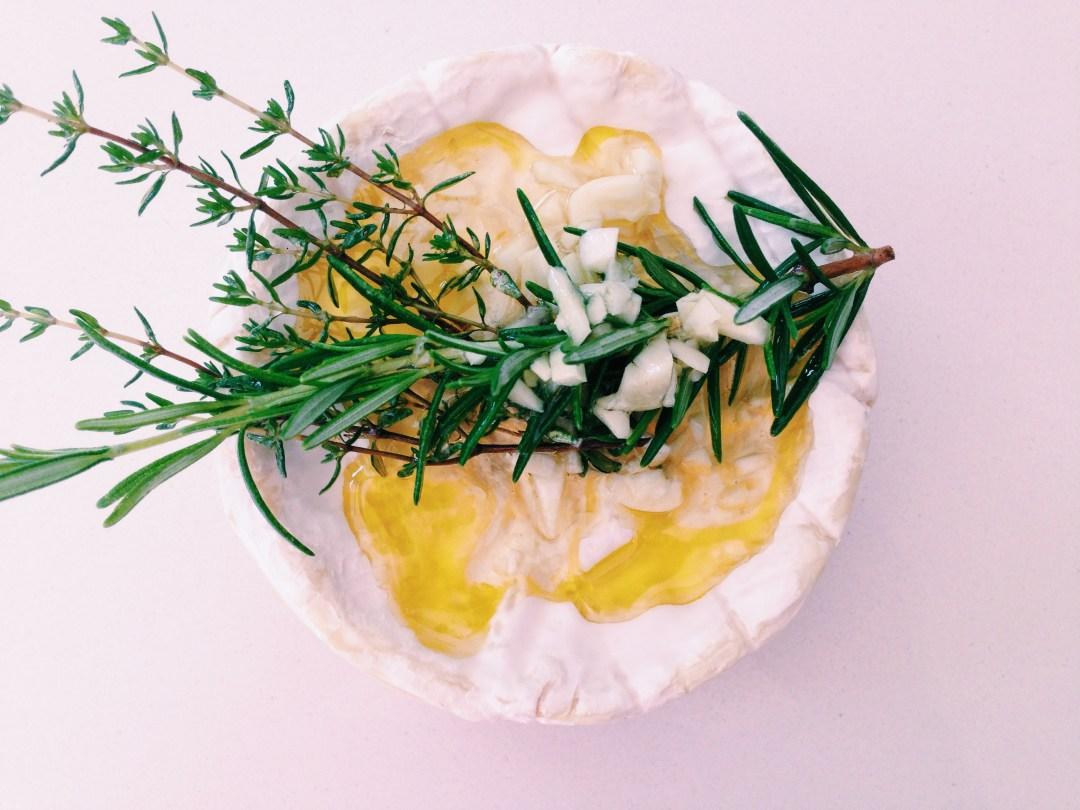 Gesmolten camembert met kruiden