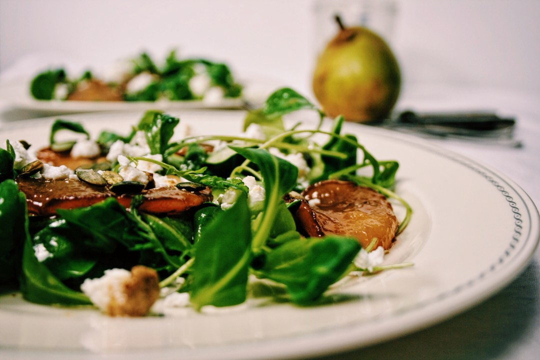 Salade met gekarameliseerde peer & geitenkaas