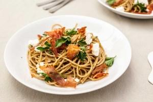 Speltspaghetti met pesto, prosciutto & ricotta