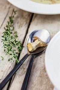 Knolselderijsoep met tijm & gedroogde paddenstoelen