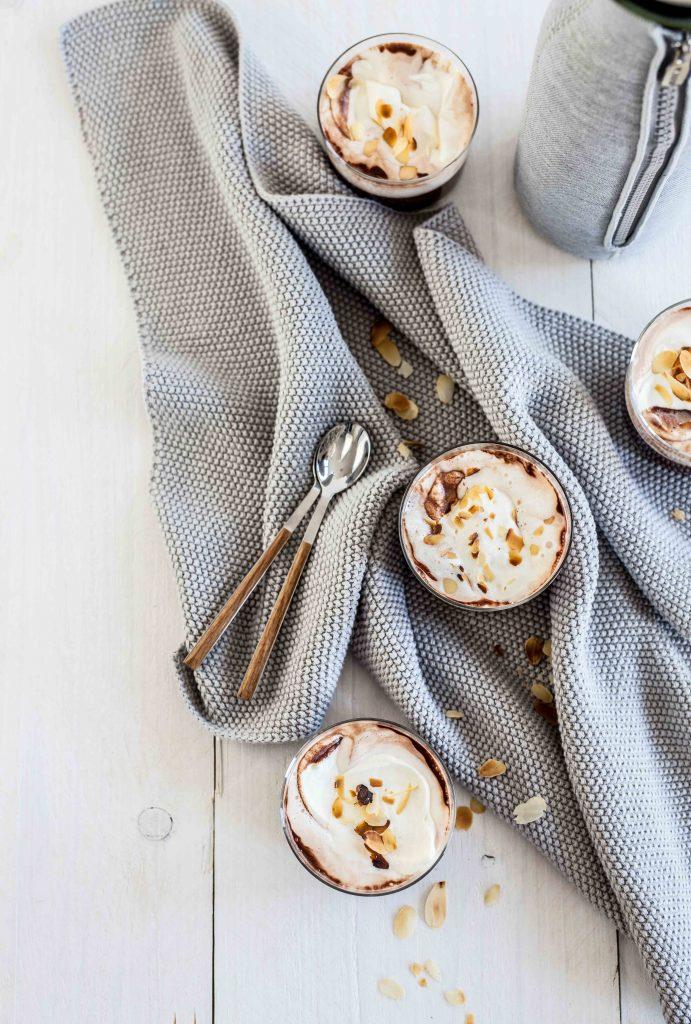 Choco-koffie met slagroom & geroosterde amandelen