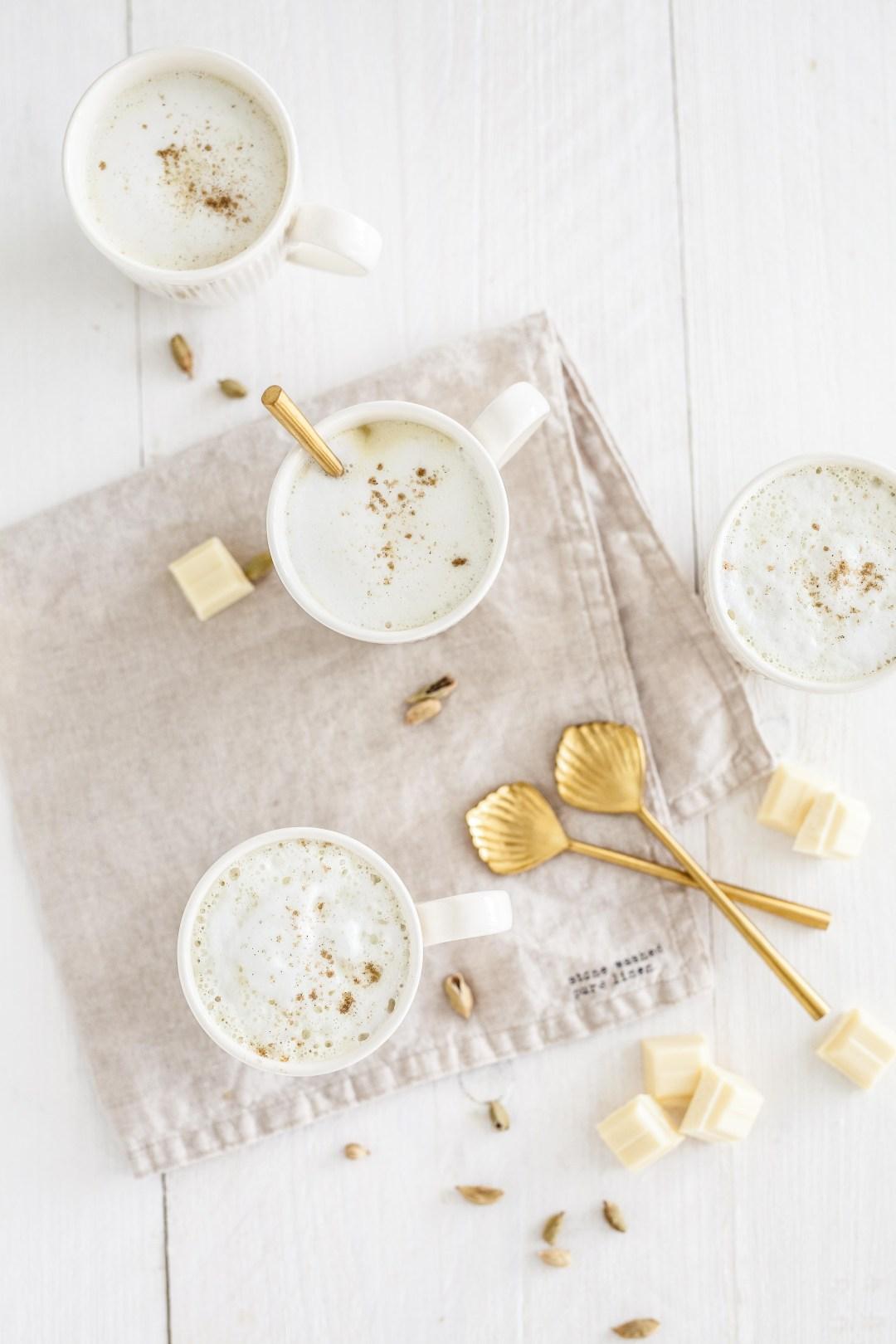 Luchtige witte chocolademelk met kardemom