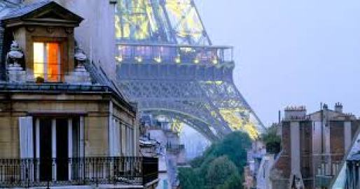 Torre Eiffel vista dai tetti di Parigi