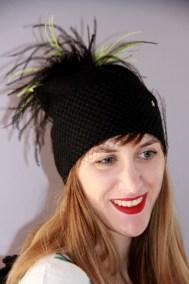 bonnet-noir-et-jaune-plumes-ninou-laroze-clermont-ferrand