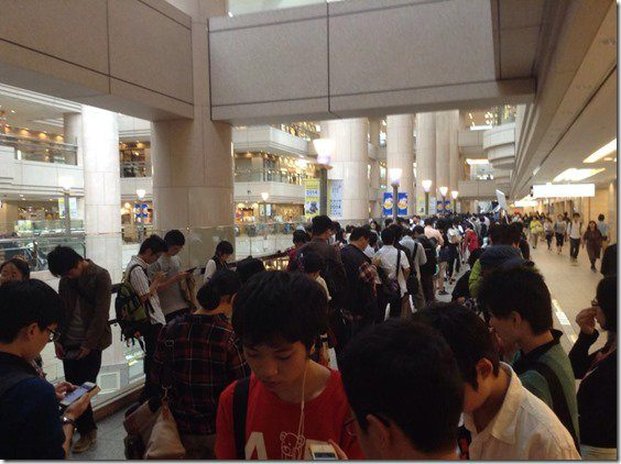 pokemon-center-yokohama-omega-ruby-queues-1