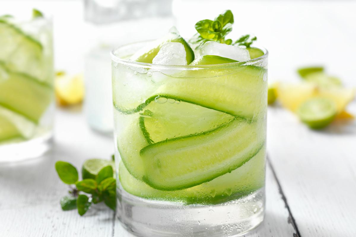 Recette boisson naturelle détox : citron, concombre et basilic (eau détox)