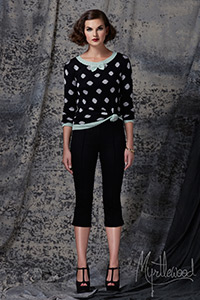 black leggings, polka dot black and white top, vintage shoes and a vintage hairstyle. #Vintage look complete