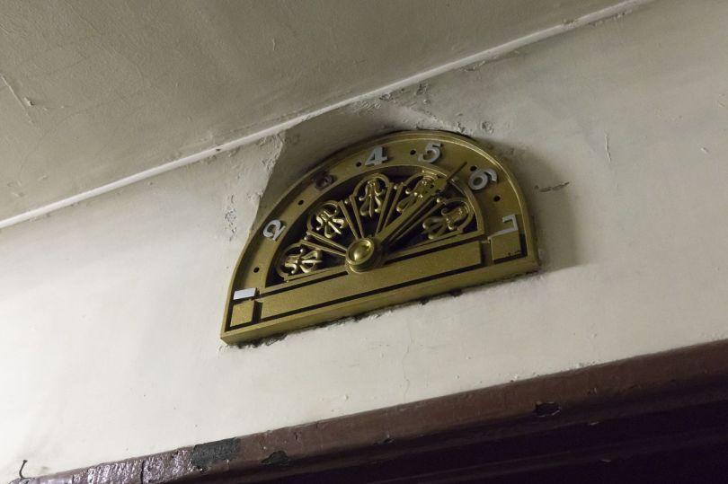 Les indicateurs d'étage d'ascenseur sont dans un design moderniste de la période.