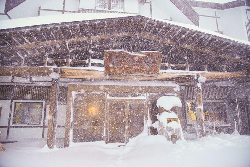 Sukayu Onsen en février. Le manteau neigeux annuel atteint souvent des profondeurs de 2 mètres ou plus.