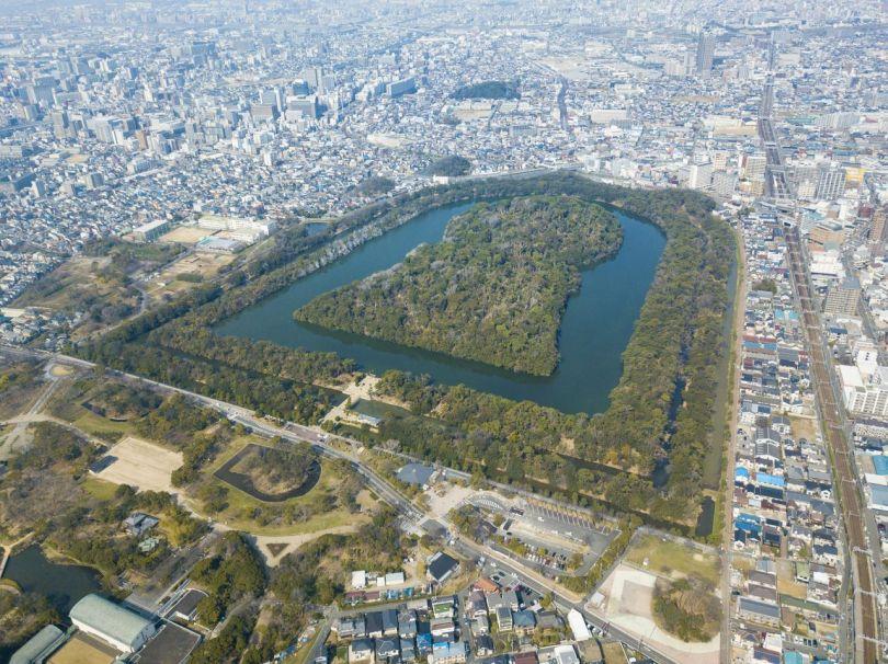 Le tertre funéraire de l'empereur Nintoku comprend trois douves concentriques. Au sud du site, dans la partie inférieure de la photo, se trouve le parc Daisen, qui jouxte le site du plus grand tumulus.
