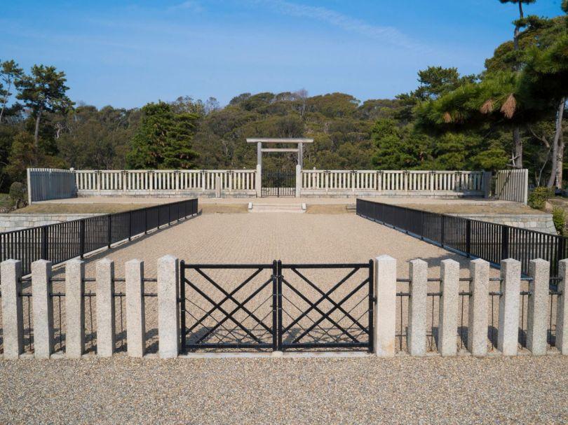 L'espace de prière du tertre funéraire de l'empereur Nintoku est le seul endroit où vous pouvez voir directement la partie circulaire et arrière du tumulus en forme de trou de serrure.