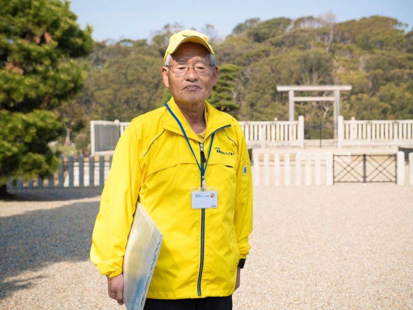 Les sections locales servant de guides bénévoles sont âgées en moyenne de plus de 70 ans et peuvent être identifiées par leur bonnet jaune et leur coupe-vent distinctifs.