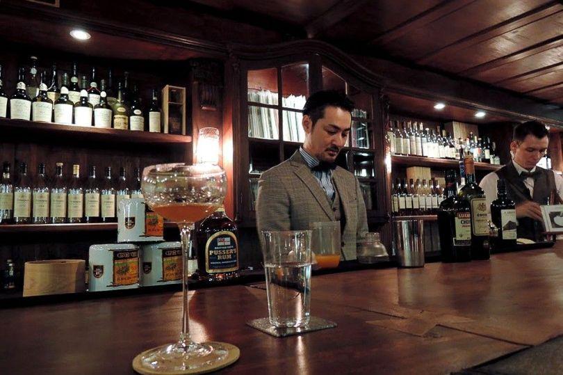 Dans le bar à cocktails Fujita à Singapour.