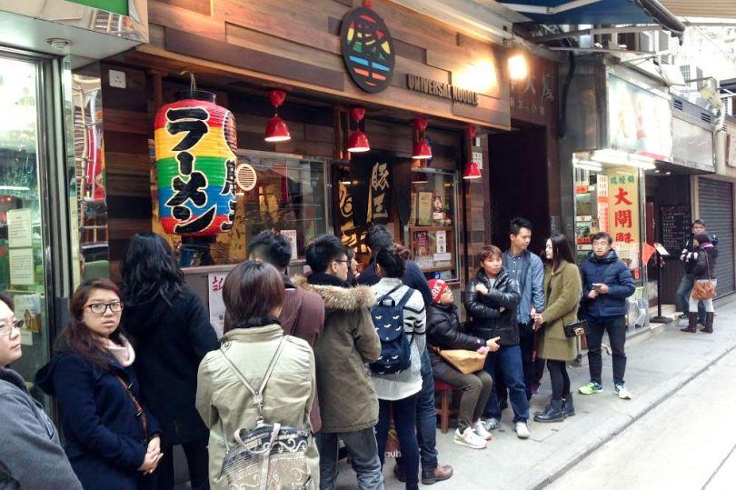 Longue file d'attente pour un restaurant de ramen de Hong Kong: les ramen du Japon sont populaires même en Chine, berceau des nouilles.
