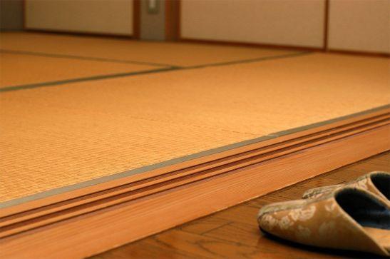 Hay que quitarse las zapatillas para entrar en una habitación con tatami. © Pixta