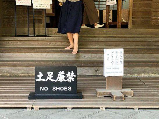 Para acceder al interior del templo Enkaku (Kamakura), hay que quitarse los zapatos, como en muchos otros templos y santuarios de Japón. © Nippon.com
