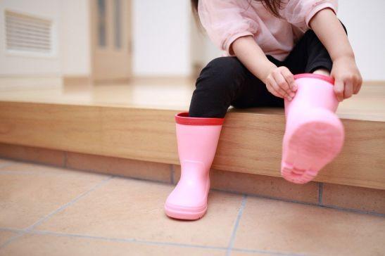 Para calzarnos comodamente unas katiuscas o botas de agua, podemos sentarnos en el agarikamachi. © Pixta