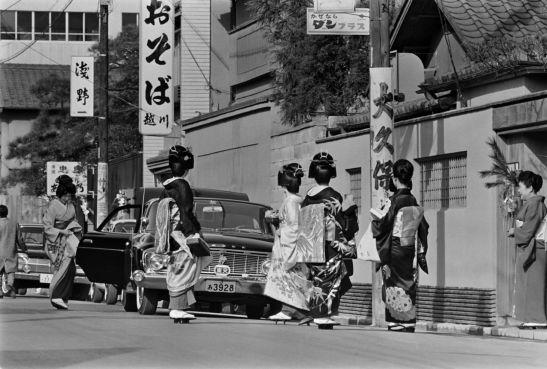Geishas en el barrio tokiota de Akasaka en la década de los 60. (Jiji Press)