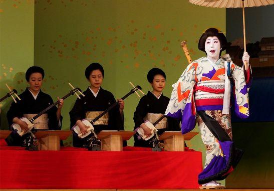 Las geishas han contribuido enormemente a la conservación y la transmisión de la música de shamisen. La fotografía capta un instante de los ensayos en la víspera del recital Azuma Odori, que se interpreta en el Shinbashi Enbujō. (Mayo de 2019, Jiji Press.)