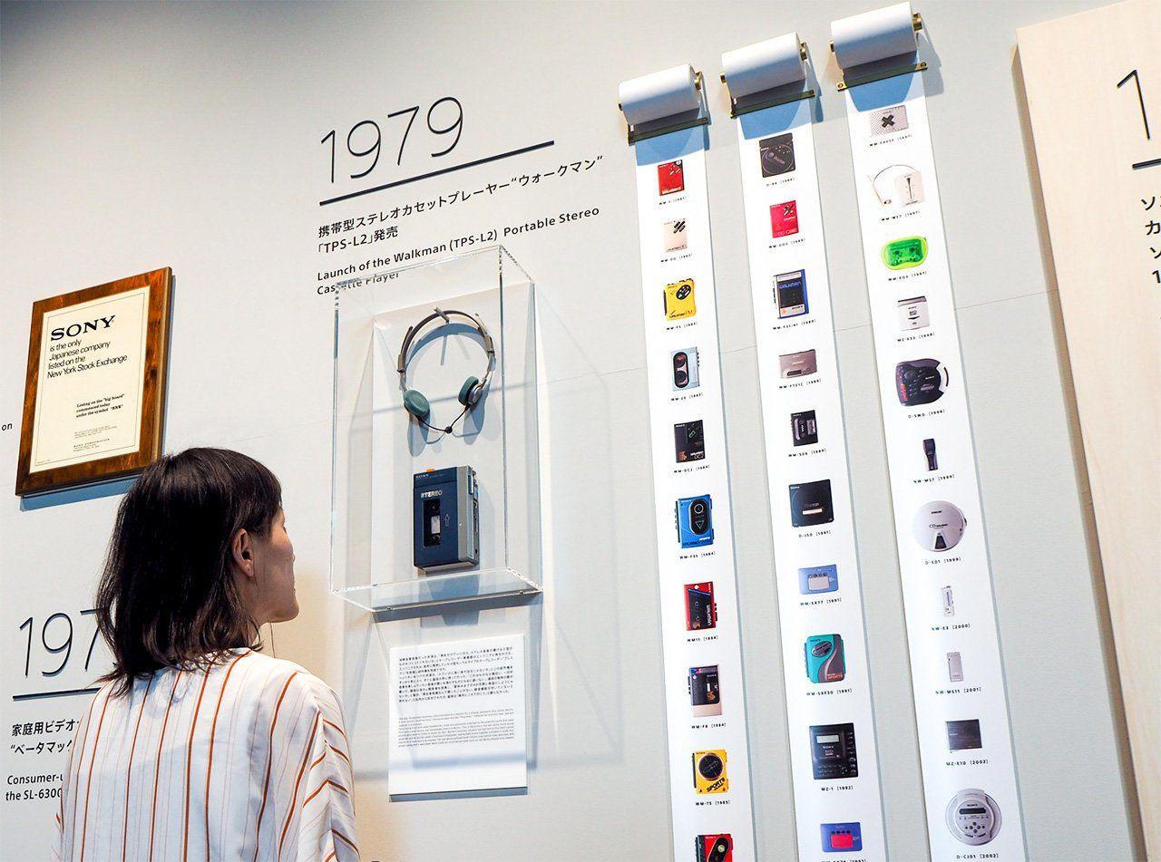 革命性的音樂播放機第一代隨身聽「WALKMAN」是怎樣誕生的? | Nippon.com