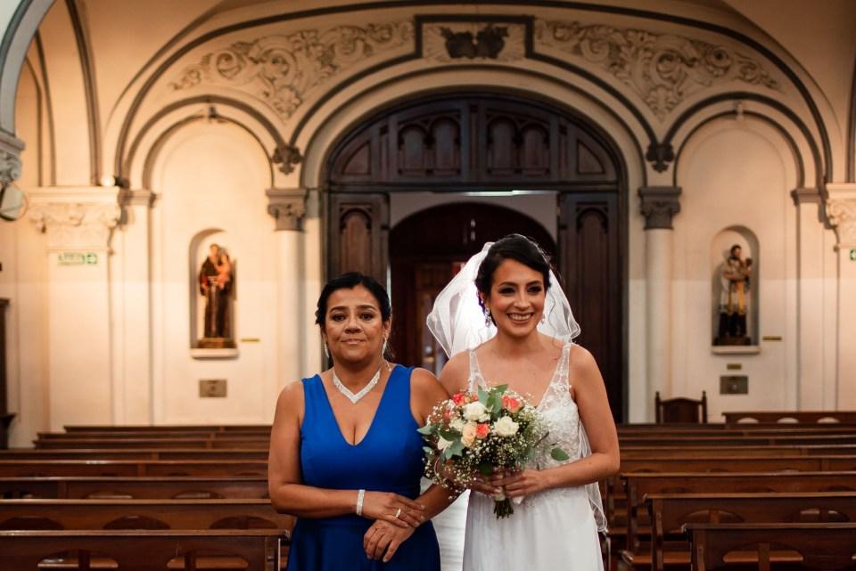 Mama y la novia en la iglesia