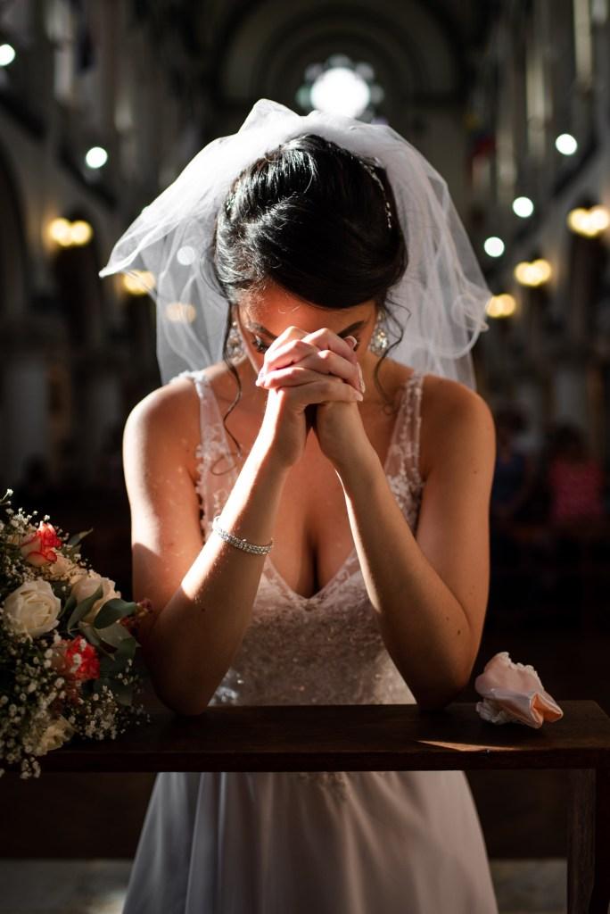 Novia en la iglesia reza