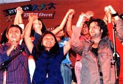 Fardeen Khan with Yuva Start Hasina Kharbih in an episode of Haath Se Haath Mila.