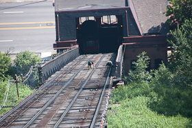 Lookin dahn at themz guys workin on da tracks