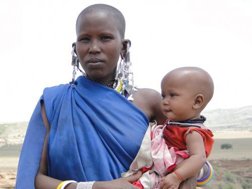 Tanzania_Masaaimeisje_met_haar_dochter_april_2012_verkleind