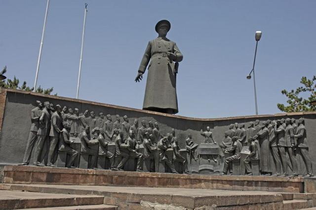 Hakkı Atamulu'nun Erzurum'da yapmış olduğu Atatürk Heykeli